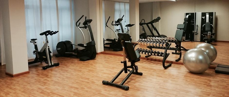 Fitnesscenter mit Hanteln und Geräten