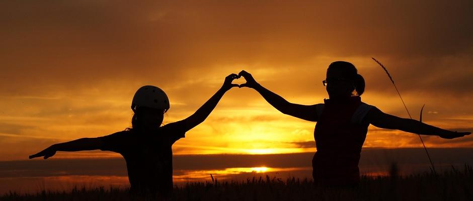 Zwei Hände formen das Herz