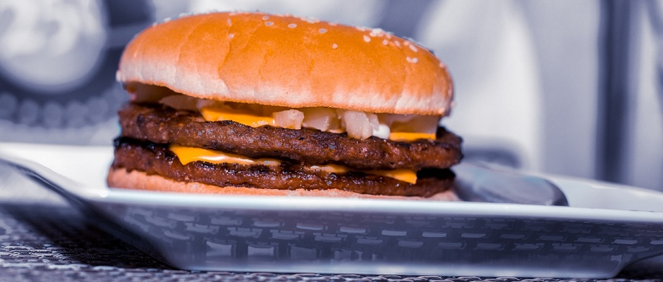 Burger auf dem Teller