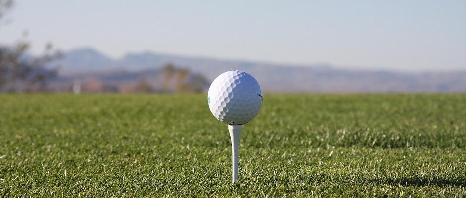 Abschlaghilfe und Golfball