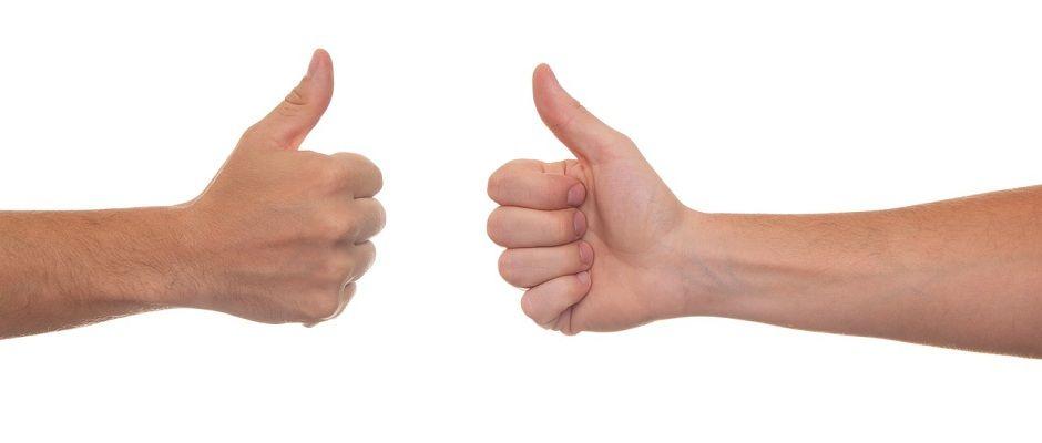 Zwei Händer mit Daumen hoch